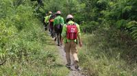 Bonek Disaster Response Team berjalan menuju titik pantau lahar dingin Semeru. BDRT membawa personel yang ahli dalam membaca pergerakan lahar dingin dalam misi kemanusiaan di Semeru. (Doc. BDRT)