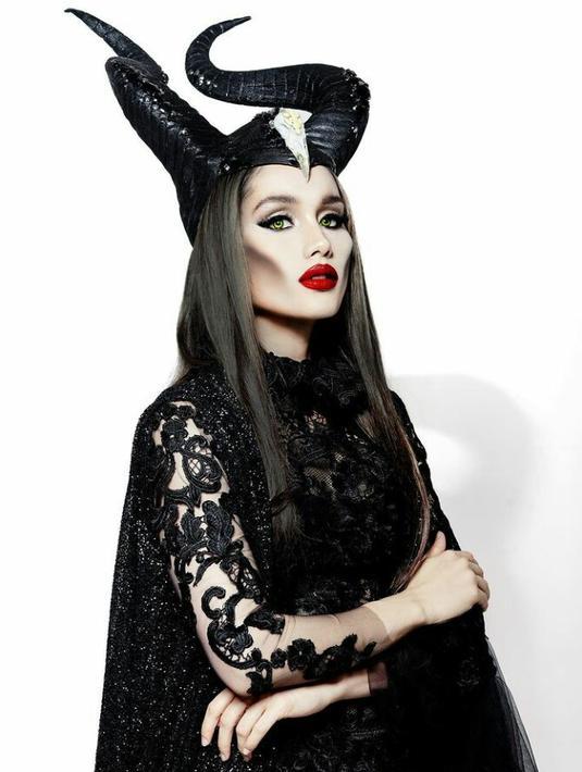 Ketika film Maleficent dirilis tahun 2019 lalu, Cinta Laura ikut menirukan gaya karakter yang diperankan Angelina Jolie dengan menggunakan headpiece tanduk dan bold makeup khas Maleficent. (FOTO: Instagram/claurakiehl).
