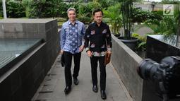 Pasangan bakal calon Wali Kota dan Wakil Wali Kota Bogor, Bima Arya (kanan)-Dedie A Rachim menuju gedung KPK, Jakarta, Jumat (19/1). Keduanya datang untuk menyerahkan Laporan Harta Kekayaan Penyelenggara Negara (LHKPN). (Liputan6.com/Helmi Fithriansyah)