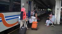 Penumpang menunggu keberangkatan kereta api tujuan Malang - Jakarta di Stasiun Kota Baru, Malang, Jawa Timur (Zainul Arifin/Liputan6.com)