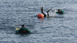 Haenyeo Korea Selatan menyelam saat menangkap kerang dan abalone di pulau Jeju, 23 November 2018. Mereka mampu menyelam ke kedalaman sampai 20 meter dan menahan napas lebih dari 2 menit, bahkan di musim dingin sekalipun. (AP/Ahn Young-joon)