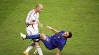 Gelandang Prancis, Zinedine Zidane, menanduk bek Italia, Marco Materazzi, saat final Piala Dunia 2006 Stadion Olympic, Berlin, Jerman (9/7/2006). Tandukan tersebut menjadi salah satu momen ikonik pada ajang Piala Dunia 2006. (AFP/John Macdougall)