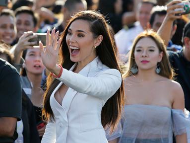 Ekspresi Miss Universe 2018 Catriona Grey saat tiba di Manila, Filipina, Rabu (19/12). Grey kembali ke Filipina setelah terpilih menjadi Miss Universe 2018 yang diselenggarakan di Thailand. (AP Photo/Aaron Favila)