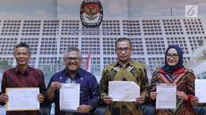 Ketua KPU, Arief Budiman (kedua kiri) menunjukkan rilis pembatalan 11 parpol peserta Pemilu 2019 untuk DPRD Provinsi dan beberapa DPRD Kabupaten/Kota karena tidak menyerahkan laporan awal dana kampanye, Jakarta, (21/3). (Liputan6.com/Helmi Fithriansyah)