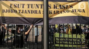 Massa menggelar aksi unjuk rasa di depan DPR RI, Jakarta, Jumat (24/7/2020). Aksi tersebut bentuk kekecewaan terhadap Wakil Ketua DPR RI Azis Syamsuddin yang tidak mengizinkan Rapat Dengar Pendapat (RDP) Komisi III bersama aparat penegak hukum perihal kasus Djoko Tjandra. (Liputan6.com/Johan Tallo)