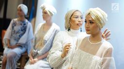 Model mengenakan busana rancangan Pedro dalam acara bertajuk Glamazing Ramadan Event di Jakarta, Sabtu (25/5/2019). Tas dan sepatu koleksi Ramadan Capsule PEDRO memancarkan budaya Islam yang dinamis menggunakan metal stud dan detail irisdescent. (Liputan6.com/Immanuel Antonius)
