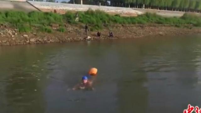 Menghemat Waktu, Pria Ini Berenang ke Kantor Sejauh 2 Km Tiap Hari