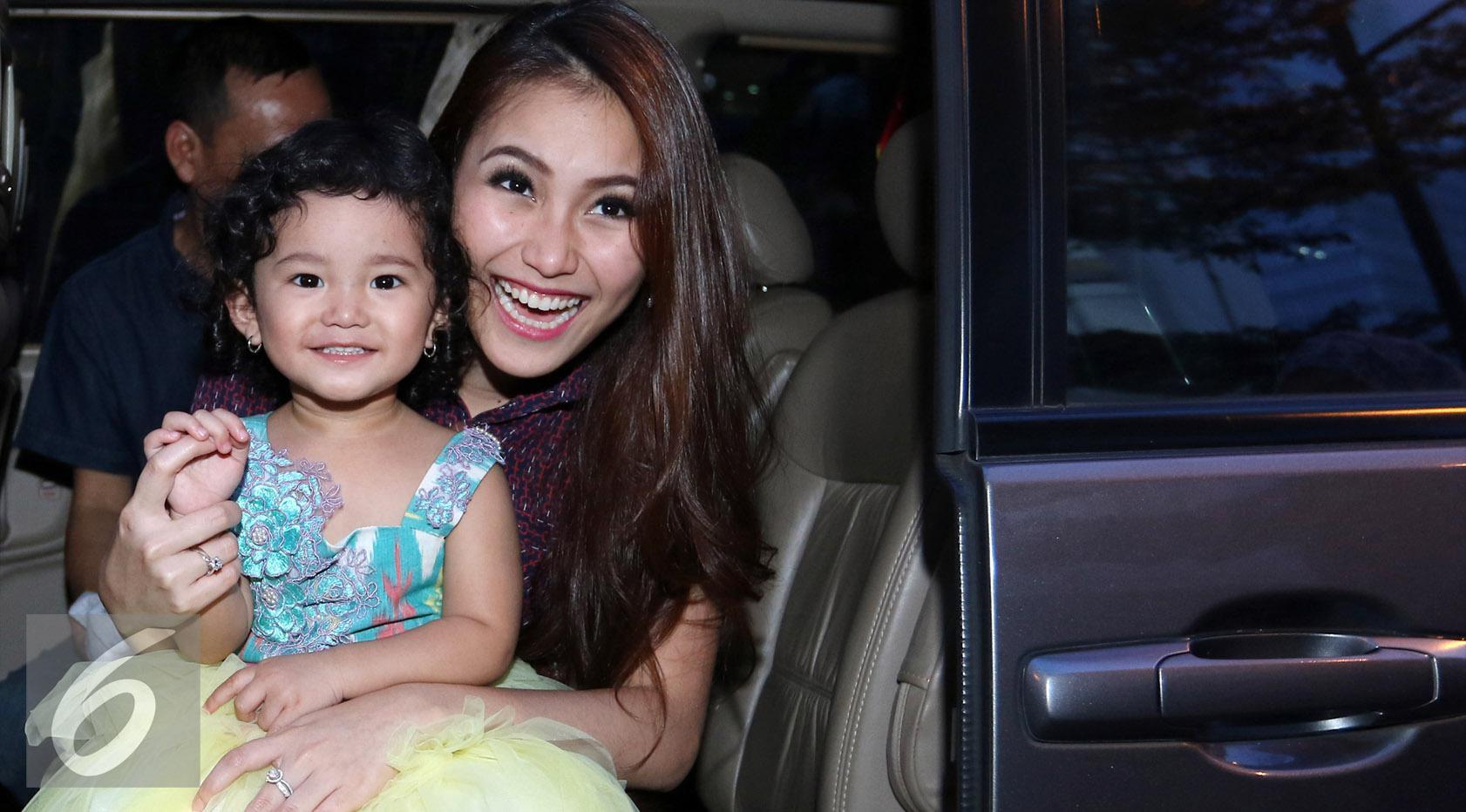 Ayu Ting Ting bersama sang putri, Bilqis Khumairah Razak. [Foto: Herman Zakharia/Liputan6.com]