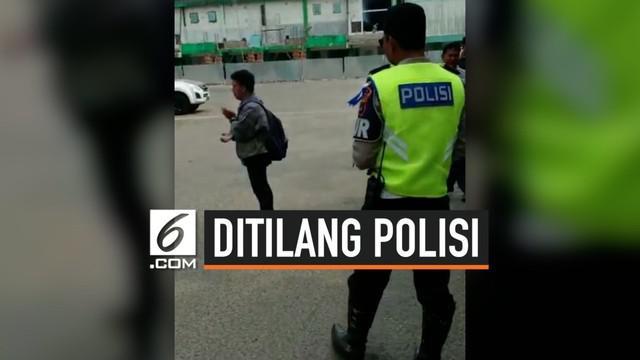 Ada saja cara untuk menghindari razia. Salah satunya seperti yang dilakukan pria ini saat Razia Operasi Patuh yang dilakukan di Kalimantan Selatan. Tak terima dirinya ditilang, ia hendak melawan polisi dengan mengeluarkan jurus tenaga dalamnya.