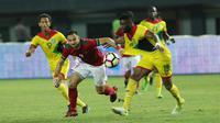 Ilija Spasojevic mendapat pengawalan ketat saat Timnas Indonesia melawan Guyana pada uji coba di Stadion Patriot, Bekasi, Sabtu (25/11/2017). (Liputan6.com/Helmi Fithriansyah)