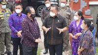Wagub Bali Tjokorda Oka Artha Ardana (masker hitam), Bupati Jembrana I Nengah Tamba (kemeja hitam) dan Wabup Jembrana I Gede Ngurah Patriana Krisna (batik Ungu), saat berkoordinasi pada Gebyar Vaksin di Gilimanuk, Selasa (6/4/21). (Ist)