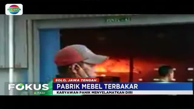 Api dengan cepat membesar karena banyak barang yang mudah terbakar termasuk tiner.