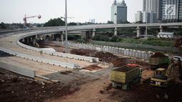 Suasana pembangunan proyek Tol Depok - Antasari (Desari) di kawasan Cilandak, Jakarta, Kamis (19/4). Tol Desari merupakan salah satu proyek prioritas nasional dan ditargetkan dapat beroperasi pada tahun 2018 ini. (Liputan6.com/Faizal Fanani)