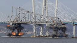 Ledakan dahsyat menghancurkan bagian Jembatan Tappan Zee di Tarrytown, New York, AS, Selasa (15/1). Jembatan Tappan Zee dibangun pada tahun 1952-1955. (AP Photo/Seth Wenig)