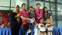 Mohammad Ahsan/Hendra Setiawan bersama keluarga di Bandara Soekarno Hatta, Cengkareng, Minggu (17/3/2019). (Bola.com/Wiwig Prayugi)