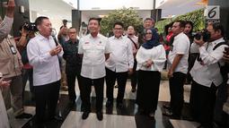 Menko Polhukam Wiranto mendengarkan penjelasan fasilitas gedung baru Lembaga Perlindungan Saksi dan Korban (LPSK) di Jakarta, Kamis (6/9). Dalam acara itu, Wiranto juga memberikan kompensasi ke korban tindak pidana terorisme. (Liputan6.com/Faizal Fanani)