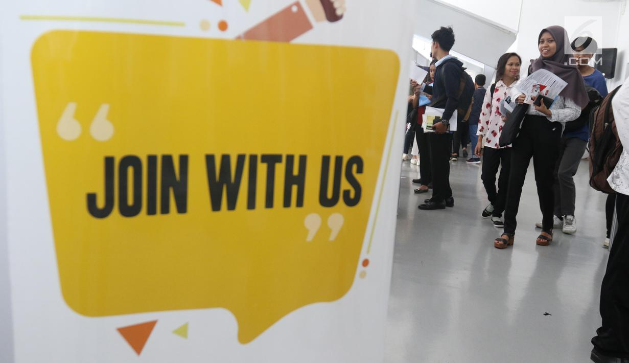 Pencari kerja mencari lowongan pekerjaan di Mega Career Expo 2019, GBK, Senayan, Jakarta, Selasa (2/7/2019). Mega Career Expo 2019 diikuti lebih dari 100 perusahaan BUMN, nasional, dan multinasional. (Liputan6.com/Angga Yuniar)
