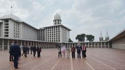 Wakil Presiden AS Mike Pence didampingi oleh Imam Besar Nasaruddin Umar dan Ketua Dewan Eksekutif Manajemen Masjid Istiqlal Muhammad Muzammil Basyuni melihat suasana Masjid Istiqlal di Jakarta, Rabu (20/4). (AFP Photo / Pool / Adek Berry)