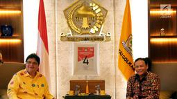 Ketua Partai Golkar Airlangga Hartarto berbincang dengan Ketua Bawaslu Abhan saat melakukan pertemuan di DPP Partai Golkar, Jakarta, Senin (2/7). Pertemuan membahas Sosialisasi Pengawasan Pencalonan Pileg dan Pilpres 2019. (Liputan6.com/Johan Tallo)