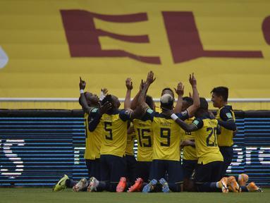 Para pemain Ekuador merayakan setelah Roberto Arboleda mencetak gol pembuka timnya melawan Kolombia selama pertandingan kualifikasi Piala Dunia 2022 di Quito, Ekuador, Selasa (17/11/2020). Ekuador menang telak atas Kolombia 6-1. (Rodrigo Buendia, Pool via AP)
