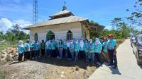 Bakti sosial alumni Smansa Kota Kendari angkatan tahun 1990, saat menggelar kegiatan amal di Kota Kendari.(Liputan6.com/Ahmad Akbar Fua)