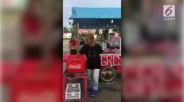 Bak Bartender, seorang penjual minuman dingin di Palangka Raya menjajakan dagangannya dengan atraksi unik yang menyita perhatian warga.