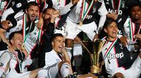 Para pemain Juventus berpose dengan Piala Liga Italia Serie A di Stadion Allianz, Turin (19/5/2019). Juventus berhasil meraih 97 angka dengan unggul 11 angka dari Napoli yang berada di peringkat kedua. (AP Photo/Antonio Calanni)