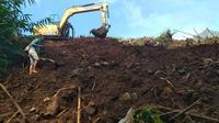 Penampakan aktivitas alat berat di tengah pengerjaan proyek pembangunan perumahan menimbun situs Sultan Matangaji di Kampung Melangse Kota Cirebon. Foto (Liputan6.com / Panji Prayitno)
