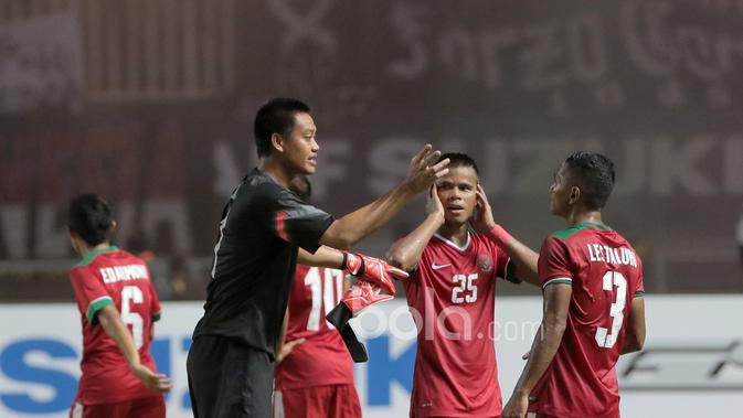 Koordinasi antara Kurnia Meiga, Manahati Lestusen dan Abdu Lestaluhu usai mengalahkan Vietnam pada leg pertama semi-final AFF Cup 2016 di laga AFF Cup 2016 di Stadion Pakansari, Bogor, (03/12/2016). (Bola.com/Nicklas Hanoatubun)