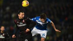 Striker gaek AC Milan, Zlatan Ibrahimovic berebut bola dengan bek Brescia, Andrea Cistana dalam pertandingan lanjutan kompetisi Liga Italia Serie A di Stadion Mario Rigamonti, Jumat (24/1/2020). AC Milan menang 1-0 lewat gol tunggal Ante Rebic. (MIGUEL MEDINA / AFP)