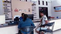 Keluarga pasien didampingi tim kuasa hukum LBH Surya NTT saat membuat laporan di Polres Kupang Kota. (Liputan6.com/Ola Keda)