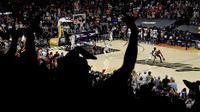 Phoenix Suns akhirnya keluar sebagai pemenang dalam pertandingan ini. Mereka berhasil unggul dengan skor 118-105 atas Milwaukee Bucks. Game 2 Final NBA 2021 selanjutnya akan berlangsung pada Jumat (09/07/2021) pagi WIB di tempat yang sama. (Foto: AFP/Matt York)