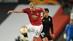 Donny van de Beek. Gelandang Belanda ini menghuni Ajax Amsterdam selama 5 musim, mulai 2015/2016 hingga 2019/2020. Total tampil dalam 175 laga dengan mencetak 41 gol. Mulai musim ini memperkuat Manchester United dan baru mencetak 1 gol dari 31 laga. (AFP/Oli Scarff)