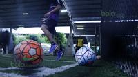 Bola warna-warni yang dipakai T-Team untuk berlatih di Lapangan Futsal Extreme Park Ipoh, Perak, Malaysia, Jumat (29/01/2016). (Bola.com/Nicklas Hanoatubun)