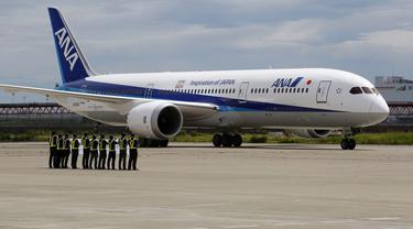 Pesawat Boeing 787-9 Dreamliner milik All Nippon Airways (ANA) bersiap melakukan penerbangan perdana di Bandara Haneda, Tokyo, Jepang, (4/8/2014). (REUTERS/Yuya Shino)