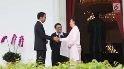 Presiden Jokowi berjabat tangan dengan Dubes Myanmar untuk RI Ei Ei Khin Aye usai Penyerahan surat-surat kepercayaan Dubes Luar Biasa dan Berkuasa Penuh (LBBP) untuk Republik Indonesia di Istana Merdeka, Jakarta, Selasa (12/9). (Liputan6.com/Angga Yuniar)