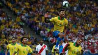 Pemain Brazil Gabriel Jesus menyundul bola saat pertandingan melawan Peru dalam laga Grup A Copa America di Arena Corinthians, Sao Paulo, Brasil, Sabtu (22/6/2019). Brasil lolos ke babak perempat final usai membantai Peru 5-0. (AP Photo/Victor R. Caivano)