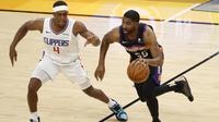 Twaun Moore (kanan) saat dihadang Rajon Rondo di duel final wilayah Barat NBA antara Suns melawan Clippers (AFP)