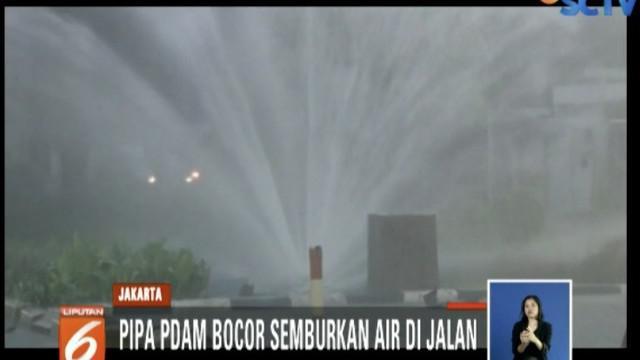 Akibat bocor, pipa PDAM di Jalan Puri Kembangan, Jakarta Utara, menyemburkan air bak air mancur di jalan pada Rabu pagi.