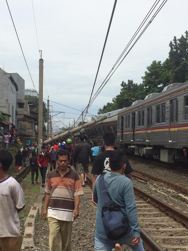 Tiang listrik mendadak menimpa gerbong KRL hingga masinis dilarikan ke rumah sakit dan sejumlah penumpang terjepit. (Asnida Riani)