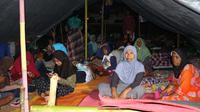 Warga masih khawatir akan isu tsunami pasca-gempa beruntun guncang Ambon, empat hari lalu. (Liputan6.com/Abdul Karim)