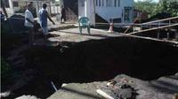 Jalan Sindoro I Kelurahan Bandarjo, Ungaran Barat yang amblas hingga menimbulkan lubang menganga berukuran 8 x 8 meter dengan kedalaman 3,75 meter. (Adityo Dwi/Jawa Pos Radar Semarang)