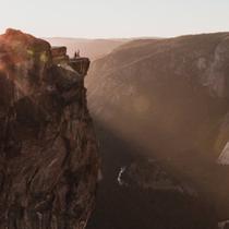 Dinobatkan menjadi pasangan teromantis karena melamar kekasih di puncak gunung.