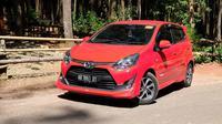 Dua orang pengguna aplikasi FIFGroup Mobile Customer (FMC) memperoleh Toyota Agya varian E M/T. (Septian/Liputan6.com)