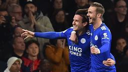 Para pemain Leicester merayakan gol bunuh diri yang dilakukan bek Arsenal, Hector Bellerin, pada laga Premier League Inggris di Stadion Emirates, London, Senin (22/10). Arsenal menang 3-1 atas Leicester. (AFP/Glyn Kirk)