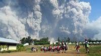 Aktivitas anak-anak di sekolah dasar Sipandak di desa Tiga Pancur di Karo, Sumatra Utara (19/2). Gunung Sinabung kembali menyemburkan abu vulkanik tebal dengan tinggi kolom 5.000 meter. (AFP Photo/Anto Sembiring)