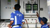 Petugas melakukan kontrol mesin pengisian gas mobile refueling unit (MRU) di kawasan Waduk Pluit, Jakarta, Selasa (16/2/2016). PT Perusahaan Gas Negara (PGN) berencana membangun 60 unit SPBG hingga 2019. (Liputan6.com/Yoppy Renato)
