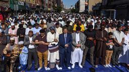 Umat muslim melaksanakan salat Idul Fitri di luar Masjid at-Taqwa, Brooklyn, New York City, Amerika Serikat, Selasa (4/6/2019). Ribuan umat muslim melaksanakan salat Idul Fitri di jalanan New York City. (Stephanie Keith/Getty Images North America/AFP)