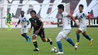 Taufiq Febrianto (hijau), pemain baru PSS di Liga 2 2018. (Bola.com/Ronald Seger Prabowo)