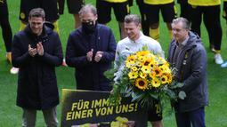 Lukasz Piszczek. Bek Polandia berusia 36 tahun ini telah memperkuat Borussia Dortmund selama 11 musim hingga musim lalu. Ia memutuskan pindah ke klub masa kecilnya, Goczalkowice-Zdroj, dimana ia memulai karier dan dilatih sang ayah saat berusia 7-8 tahun. (Foto: AFP/Pool/Friedemann Vogel)